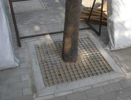 树池盖板也是钢格板的一种,是有扁钢和扁钢交叉焊接成带有方形格子的